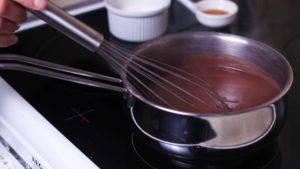 Đam Mê Ẩm Thực Đặt-nồi-hỗn-hợp-lên-bếp-đun-lửa-trung-bình-và-khuấy-liên-tục-cho-đến-khi-hỗn-hợp-sánh.-Sau-đó-cho-1-tbsp-bột-cacao-vào-nồi-40ml-kem-whipping-và-khuấy-đều-rồi-tắt-bếp.2-300x169