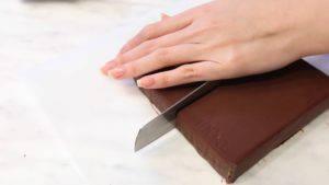 Đam Mê Ẩm Thực Chia-Chocolate-thành-các-miếng-nhỏ-300x169