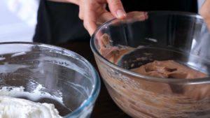 Đam Mê Ẩm Thực Cho-12-hỗn-hợp-vừa-trộn-mứt-Chocolate-hạt-rẻ-vào-bát-và-trộn-đều4-300x169