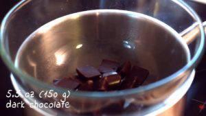 Đam Mê Ẩm Thực Cho-Chocolate-vào-bát.-Đun-cách-thủy-và-khuấy-đều-cho-đến-khi-tan-300x169