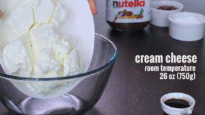 Đam Mê Ẩm Thực Cho-kem-Cheese-đường-bột-chiết-suất-vani-vào-bát-và-đánh-bông-300x169