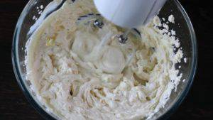 Đam Mê Ẩm Thực Cho-kem-Cheese-đường-bột-chiết-suất-vani-vào-bát-và-đánh-bông4-300x169