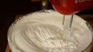 Đam Mê Ẩm Thực Cho-kem-Whipping-vào-bát-trộn-đã-được-làm-lạnh-và-đánh-bông-2-300x169