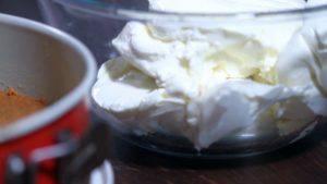 Cho-kem-cheese-vào-bát-và-đánh-bông-300x169