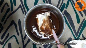 Đam Mê Ẩm Thực Cho-kem-whipping-cream-đã-được-đánh-bông-vào-hỗn-hợp-chocolate-và-trộn-đều.-300x169