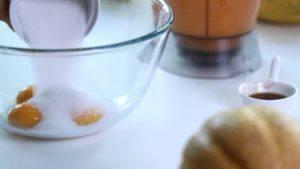 Đam Mê Ẩm Thực Cho-lòng-đỏ-trứng-vào-bát-đường-1-tsp-chiết-suất-vani2-300x169