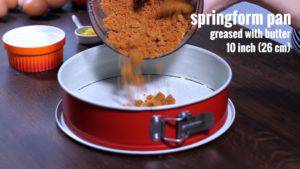Đam Mê Ẩm Thực Cho-vụn-bánh-đã-trộn-với-bơ-vào-khuôn-và-nén-đều-300x169