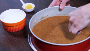 Đam Mê Ẩm Thực Cho-vụn-bánh-đã-trộn-với-bơ-vào-khuôn-và-nén-đều2-300x169