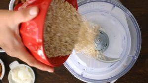 Đam Mê Ẩm Thực Cho-yến-mạch-hạnh-nhân-dừa-nạo-nho-khô-muối-vào-máy-và-xay-nhuyễn-300x169
