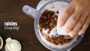 Đam Mê Ẩm Thực Cho-yến-mạch-hạnh-nhân-dừa-nạo-nho-khô-muối-vào-máy-và-xay-nhuyễn4-300x169