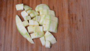 Đam Mê Ẩm Thực Gọt-bỏ-vỏ-xoài-xanh-và-cắt-đôi-quả-xoài-.-Sau-đó-cắt-nhỏ-xắt-vuông.-3-300x169