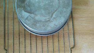 Đam Mê Ẩm Thực Lấy-khuôn-ra-khỏi-lò-và-đặt-lên-rây-để-nguội-2-300x169