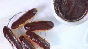 Đam Mê Ẩm Thực Nhúng-mặt-bánh-vào-hỗn-hợp-chocolate3-300x169