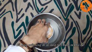 Đam Mê Ẩm Thực Sau-30-phút-sử-dụng-nước-nóng-để-dễ-dàng-tách-bánh-ra-khỏi-bát-và-đặt-bánh-lên-rây.-300x169