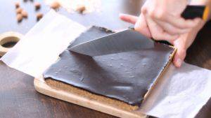 Đam Mê Ẩm Thực Tách-bánh-ra-khỏi-khuôn-và-cắt-thành-các-miếng-nhỏ3-300x169