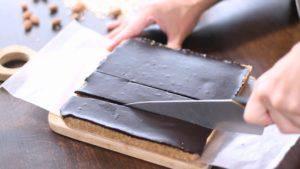 Đam Mê Ẩm Thực Tách-bánh-ra-khỏi-khuôn-và-cắt-thành-các-miếng-nhỏ4-300x169