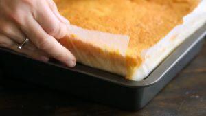 Đam Mê Ẩm Thực Tách-bánh-ra-khỏi-khuôn-và-loại-bỏ-đi-phần-viền-bánh-300x169