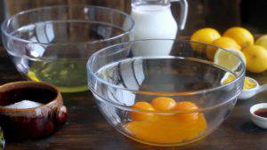 Đam Mê Ẩm Thực Tách-lòng-đỏ-và-lòng-trắng-trứng-làm-2-bát-riêng-300x169