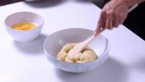 Đam Mê Ẩm Thực Tắt-bếp-thêm-1-cup-bột-mì-đa-dụng-và-khuấy-đều-tay5-300x169