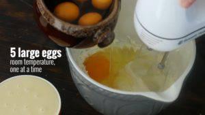 Đam Mê Ẩm Thực Thêm-trứng-từng-quả-một-và-tiếp-tục-đánh-1-300x169