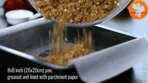 Đam Mê Ẩm Thực -riêng-1-cup-hỗn-hợp-bột-ở-bước-1-ra-bát-và-cho-hỗn-hợp-bột-còn-lại-vào-khuôn-đã-lót-giấy-nến.-Nén-và-trải-đều-300x169