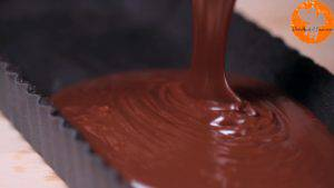 Đam Mê Ẩm Thực -hỗn-hợp-chocolate-hòa-tan-bước-3-vào-khuôn-tart-và-xếp-so-le-từng-quả-dâu-vào-khuôn.-Sau-đó-để-lạnh-trong-2-giờ-hoặc-qua-đêm.-300x169