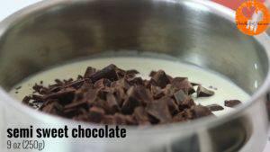 Đam Mê Ẩm Thực Đun-nóng-kem-Whipping-với-lửa-nhỏ-trong-vài-phút-cho-đến-khi-sôi-nhẹ.-Sau-đó-đổ-Chocolate-vào-nồi-1-1-300x169