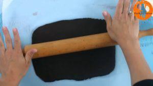 Đam Mê Ẩm Thực Bước-4Sau-khi-để-bột-lạnh-cho-bột-cacao-ở-bước-2-ra-giấy-nến-rắc-bột-mì-phủ-và-lăn-đều-4-300x169