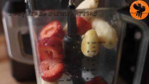 Đam Mê Ẩm Thực Cho-đá-viên-chuối-tiêu-dâu-tây-sữa-đặc-không-đường-đường-nâu-nước-lọc-kem-Whipping-vào-máy-và-xay-đều-cho-đến-khi-nhuyễn3-300x169