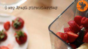 Đam Mê Ẩm Thực Cho-đá-viên-chuối-tiêu-dâu-tây-sữa-đặc-không-đường-đường-nâu-nước-lọc-kem-Whipping-vào-máy-và-xay-đều-cho-đến-khi-nhuyễn4-300x169