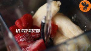 Đam Mê Ẩm Thực Cho-đá-viên-chuối-tiêu-dâu-tây-sữa-đặc-không-đường-đường-nâu-nước-lọc-kem-Whipping-vào-máy-và-xay-đều-cho-đến-khi-nhuyễn6-300x169
