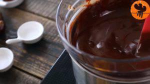 Đam Mê Ẩm Thực Cho-Chocolate-bơ-vào-bát.-Đun-cách-thủy-với-lửa-nhỏ-và-khuấy-đều-cho-đến-khi-tan4-300x169
