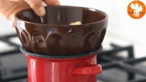 Đam Mê Ẩm Thực Cho-Chocolate-trắng-kem-Whipping-vào-bát.-Đun-cách-thủy-và-khuấy-cho-đến-khi-tan-đều3-300x169