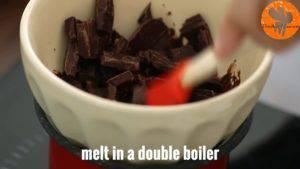 Đam Mê Ẩm Thực Cho-Chocolate-vào-bát.-Đun-cách-thủy-và-khuấy-đều-cho-đến-khi-tan3-300x169