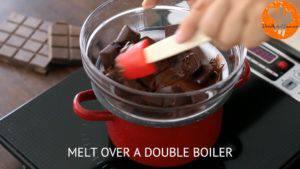 Đam Mê Ẩm Thực Cho-Chocolate-vào-bát.-Đun-cách-thủy-với-lửa-nhỏ-và-khuấy-đều-cho-đến-khi-tan3-300x169