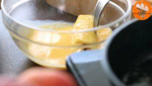 Đam Mê Ẩm Thực Cho-bánh-mì-đã-cuộn-ở-bước-3-lăn-qua-hỗn-hợp-trứng-ở-bước-4.-Đặt-lên-chảo-rán-và-lật-đều-tay-cho-đến-khi-lớp-vỏ-có-màu-nâu-vàng2-300x169