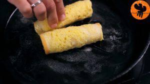 Cho-bánh-mì-đã-cuộn-ở-bước-3-lăn-qua-hỗn-hợp-trứng-ở-bước-4.-Đặt-lên-chảo-rán-và-lật-đều-tay-cho-đến-khi-lớp-vỏ-có-màu-nâu-vàng4-300x169