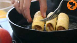 Đam Mê Ẩm Thực Cho-bánh-mì-đã-cuộn-ở-bước-3-lăn-qua-hỗn-hợp-trứng-ở-bước-4.-Đặt-lên-chảo-rán-và-lật-đều-tay-cho-đến-khi-lớp-vỏ-có-màu-nâu-vàng5-300x169