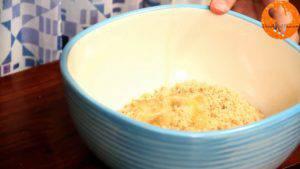 Đam Mê Ẩm Thực Cho-bánh-quy-đã-làm-vụn-vào-bát-bơ-đã-làm-tan-chảy-đường-và-trộn-đều-2-300x169