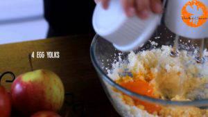Đam Mê Ẩm Thực Cho-bơ-vào-bát-đường-và-đánh-đều-Thêm-lòng-đỏ-trứng-lần-lượt-Sour-cream-chiết-suất-vani-vỏ-chanh-bột-mì-và-đánh-đều-5-300x169