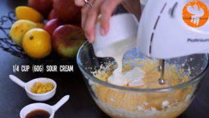 Đam Mê Ẩm Thực Cho-bơ-vào-bát-đường-và-đánh-đều-Thêm-lòng-đỏ-trứng-lần-lượt-Sour-cream-chiết-suất-vani-vỏ-chanh-bột-mì-và-đánh-đều-7-300x169