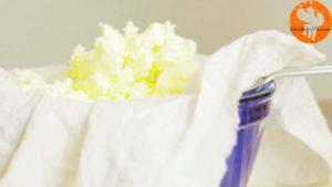 Đam Mê Ẩm Thực Cho-bơ-vừa-tách-ở-bước-2-vào-vải-vừa-lọc-ở-bước-3-và-chắt-nốt-Buttermilk-còn-lại2-300x169