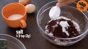 Đam Mê Ẩm Thực Cho-bột-mì-đa-dụng-bột-cacao-bột-Baking-soda-muối-bột-cà-phê-vào-bát-và-trộn-đều4-300x169