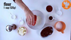 Đam Mê Ẩm Thực Cho-bột-mì-đa-dụng-bột-cacao-muối-bột-baking-powder-vào-bát-và-trộn-đều-300x169