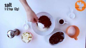 Đam Mê Ẩm Thực Cho-bột-mì-đa-dụng-bột-cacao-muối-bột-baking-powder-vào-bát-và-trộn-đều3-300x169