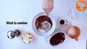 Đam Mê Ẩm Thực Cho-bột-mì-đa-dụng-bột-cacao-muối-bột-baking-powder-vào-bát-và-trộn-đều5-300x169