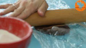 Đam Mê Ẩm Thực Cho-hỗn-hợp-bột-có-thêm-bột-cacao-ở-bước-1-lên-màng-bọc-thực-phẩm.-Sau-đó-phủ-thêm-1-lớp-màng-bọc-thực-phẩm-lên-trên-và-sử-dụng-cây-lăn-bột-ép-dẹt-miếng-bột-dày-khoàng-2-3-mm3-300x169