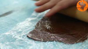 Đam Mê Ẩm Thực Cho-hỗn-hợp-bột-có-thêm-bột-cacao-ở-bước-1-lên-màng-bọc-thực-phẩm.-Sau-đó-phủ-thêm-1-lớp-màng-bọc-thực-phẩm-lên-trên-và-sử-dụng-cây-lăn-bột-ép-dẹt-miếng-bột-dày-khoàng-2-3-mm4-300x169