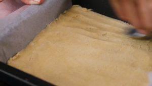 Đam Mê Ẩm Thực Cho-hỗn-hợp-bột-mì-vào-khuôn-đã-lót-giấy-nến-và-nén-đều3-300x169