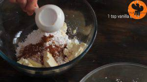 Đam Mê Ẩm Thực Cho-kem-Mascarpone-đường-bột-bột-quế-chiết-suất-vani-vào-bát-và-đánh-cho-tới-khi-quyện-đều4-300x169